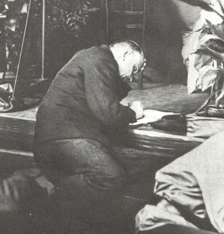 Lenin bereid in 1921 zijn congresbijdrage voor.